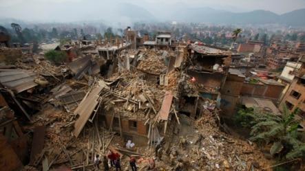 2015年4月26日救援人员在尼泊尔加德满都附近寻找受害者。