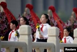 北京少先队员在人民英雄纪念碑下参加烈士纪念日纪念仪式(2016年9月30日)
