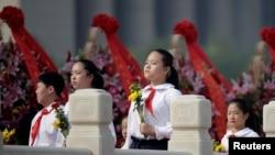 北京少先队员在人民英雄纪念碑下参加烈士纪念日纪念仪式,演唱《我们是共产主义接班人》(2016年9月30日)
