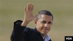 Presiden Barack Obama melambaikan tangan ketika berjalan menuju pesawat kepresidenan Air Force One di bandara O'Hare, Chicago, Minggu, 31 Oktober 2010.