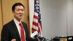 Tổng chưởng lý bang Hawaii Douglas Chin phát biểu trong một cuộc họp báo vào ngày 9 tháng 3, 2017. Ông là một người gốc Hoa.