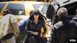 """Angelina Jolie melarikan diri dari kejaran kolega-kolega CIA-nya dalam """"Salt."""""""