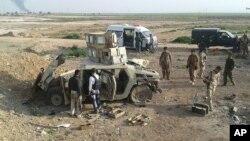 Курдские солдаты исследуют брошенные боевиками ИГИЛ в 290 км от города Киркук бронетранспортеры. Курды расследуют предполагаемое использование ИГИЛ химического оружия в Ираке. 16 марта 2015 г.