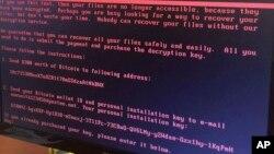 Una pantalla de computador de una oficina en Kiev muestra un aviso que indica que los archivos han sido secuestrados hasta que se pague un rescate. Junio 27 de 2017.