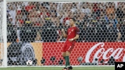 کرستیانو رونالدو پس از نخستین ضربۀ پنالتی که وارد دروازۀ تیم پولند شد