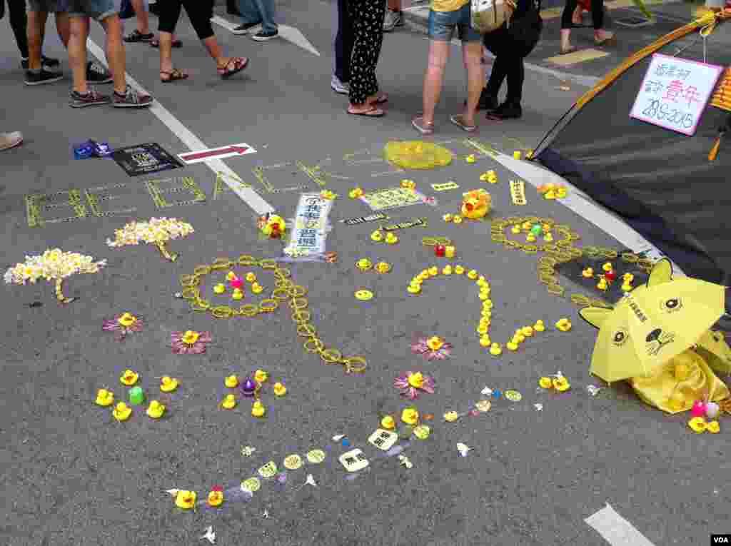 港人重返政总纪念雨伞运动一周年(美国之音海彦拍摄)
