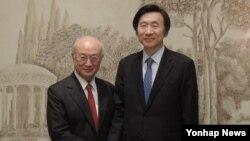 윤병세 한국 외교부 장관이 지난 4일 아마노 유키아 국제원자력기구(IAEA) 사무총장과 만나 악수하고 있다.