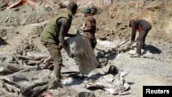Des creuseurs artisanaux à Kolwezi, dans le sud-est de la RDC, 11 juin 2016.