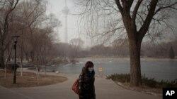 Une écolière à Pékin se protégeant contre la pollution de l'air, le 14 janvier 2013.
