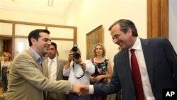 ຜູ້ນໍາພັກປະຊາທິປະໄຕໃໝ່ ທ່ານ Antonis Samaras ຈັບມືກັບ ຫົວໜ້າພັກ Syriza, ທ່ານ Alexis Tsipras, ທີ່ກອງປະຊຸມຢູ່ ສະພາກຣີສ ທີ່ກຸງເອເທັນສ໌, ວັນຈັນ ທີ 18 ມິຖຸນາ 2012.