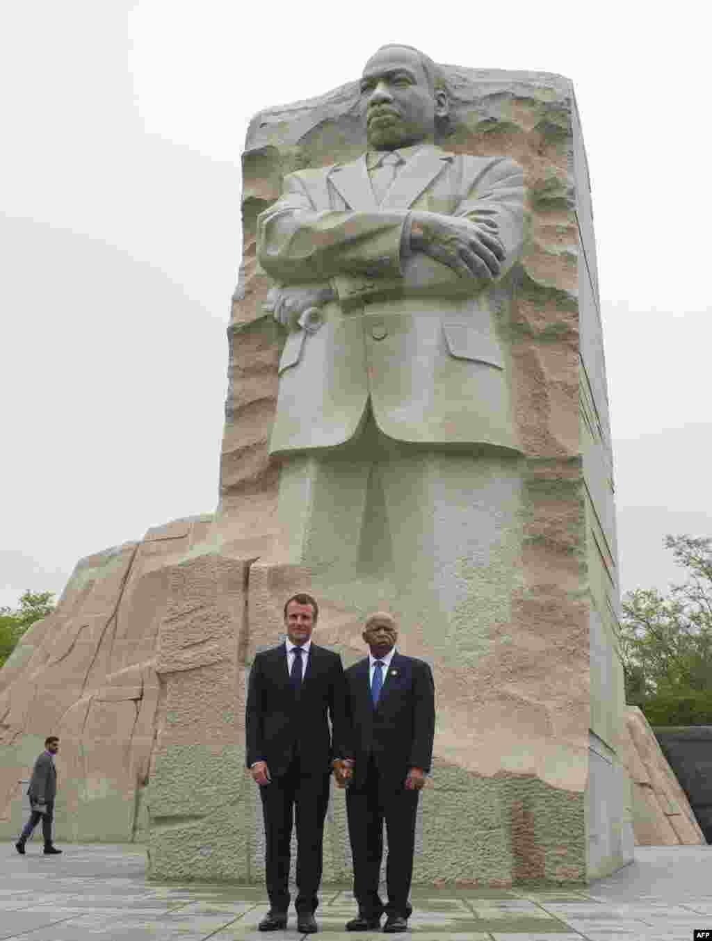 بازدید امانوئل ماکرون، رئیس جمهوری فرانسه به همراه «جان لوئیس» از فعالان حقوق مدنی آمریکا از بنای یادبود مارتین لوتر کینگ در واشنگتن دی سی