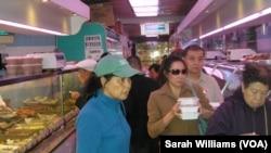 紐約曼哈頓華埠一家食品店內的顧客(美國之音威廉姆斯拍攝)