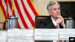 Gubernur Jerome Powell menghadiri pertemuan Dewan Gubernur di Gedung Dewan Bank Sentral, Marriner S. Eccles, di Washington, 30 November 2015 (foto: AP Photo/Andrew Harnik)