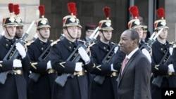 几内亚总统孔戴(前)今年3月访问法国巴黎时视察仪仗队