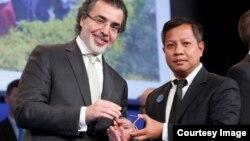 លោក សំលៀង សិលា នាយកប្រចាំប្រទេសនៃអង្គការសកម្មភាពដើម្បីកុមារ (APLE) ទទួលពានរង្វាន់ Star Impact Award ក្នុងទីក្រុងប៉ារីស ប្រទេសបារាំង កាលពីថ្ងៃទី១២ ខែធ្នូ ឆ្នាំ២០១៥។ (រូបថតផ្តល់ដោយអង្គការ APLE Cambodia)