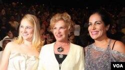 La primera dama de Brasil, Marisa Letícia al centro, junto a Juliana Barone que la interpreta en el filme a la derecha y la actriz Glória Pires a la izquierda.