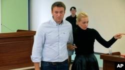 Алексей Навальный с женой Юлией покидают зал суда. Россия, Киров, 16 октября 2013г.