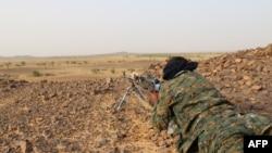 Un combattant touareg de la Coordination de mouvements de l'Azawad (CMA) en position de tir près de Kidal, dans le nord du Mali, 28 septembre 2016.