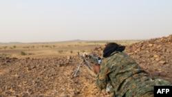 Un combattant touareg de la coordination des mouvements de l'Azawad (CMA) pointe son arme près de Kidal, au nord du Mali, le 28 septembre 2016,