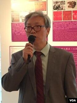 张博树主持文革50周年图片展(美国之音方冰拍摄)