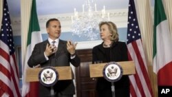 Italian Foreign Minister Franco Frattini (L) and US Secretary of State Hillary Rodham Clinton speak in Washington April 6, 2011.