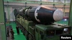 Pemimpin Korea Utara Kim Jong Un terlihat di gambar yang dirilis Kantor Berita Korea Utara (KCNA) di Pyongyang, Korea Utara, 30 November 2017. Korea Utara sukses meluncurkan Hwasong-15, roket balistik antar benua yang baru dikembangkan.