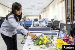Seorang karyawan PT Timah meletakkan bunga di meja rekannya, salah satu penumpang pesawat Lion Air JT610 yang mengalami kecelakaan, Pangkal Pinang, 31 Oktober 2018. (Foto: Ananta Kala/Antara via Reuters)