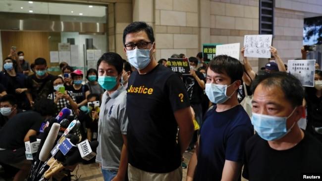 香港亲民主派立法会议员林卓廷(左二)和许智峰(左一)获保释后对媒体讲话。(2020年8月27日)