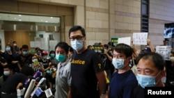 香港亲民主派立法会议员林卓廷(左二)和许智峰(左一)获保释后对媒体讲话(路透社2020年8月27日)