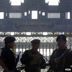 Tentara Kamboja berjaga-jaga di perbatasan Kamboja dengan Thailand.