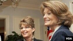 La senadora Lisa Murkowski a la derecha en la foto, derrotó al favorito de la ex gobernadora de Alaska, Sarah Palin.
