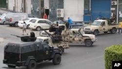 Pasukan Keamanan Gabungan Tripoli mengamankan area di sekitar pintu masuk menuju gedung parlemen Libya (18/5).