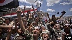 Người biểu tình chống chính phủ hô khẩu hiệu trong một cuộc biểu tình đòi Tổng thống Saleh từ chức, ngày 25 tháng 4, 2011