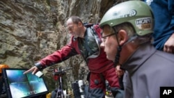کریستوف استارناوسکی (چپ) سرپرست تیم اکتشافی که می گوید هرانیتسا عمیق ترین غار زیر آب جهان است