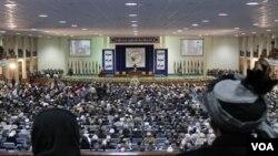 Para peserta 'Loya Jirga' mendengarkan pidato Presiden Afghanistan Hamid Karzai di Kabul (16/11)