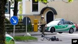 독일 뮌헨 외곽 그라핑 철도역에서 10일 이슬람 과격분자의 흉기 난동 사건이 발생했다. 10일 그라핑 역 앞으로 경찰차가 지나고 있다.