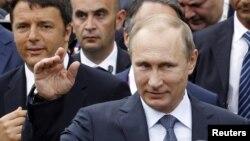 Tổng thống Nga Vladimir Putin và theo sau là Thủ tướng Ý Matteo Renzi, trái, thăm hội chợ thế giới Expo 2015 ở Milan, 10/6/2015.