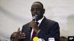 Le président élu sénégalais macky Sall s'adressant à la presse après que le président Wade eut concédé la défaite, 2012.