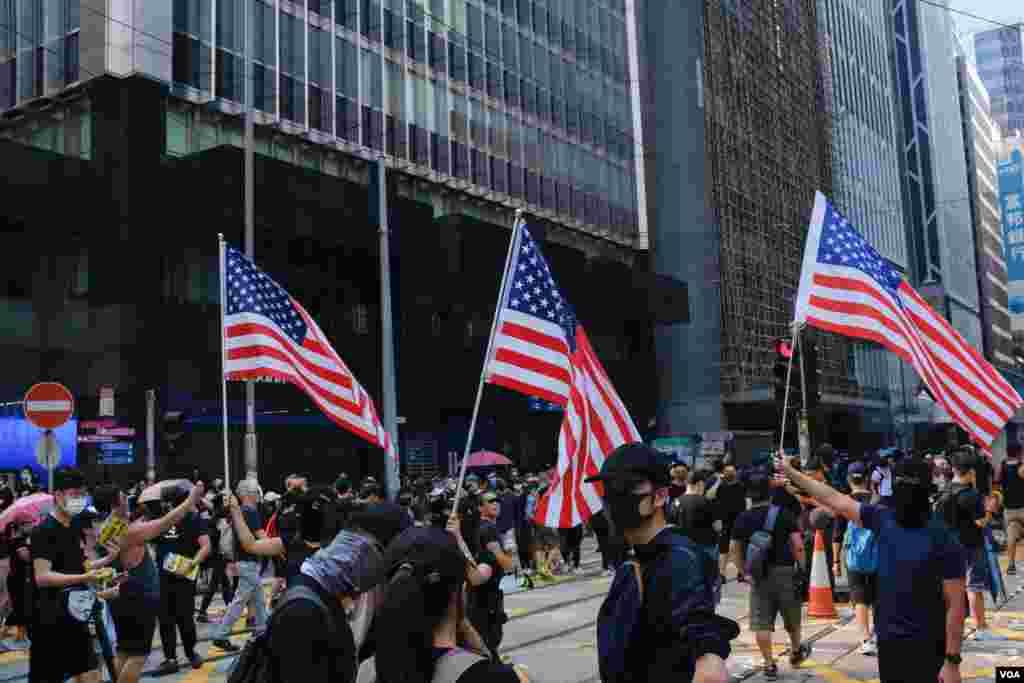 每次香港游行都会出现美国国旗 。(2019年10月1日)