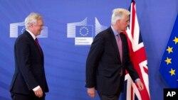 Ketua perunding Inggris David Davis (kiri) dan perunding Uni Eropa Michel Barnier siap memberikan pernyataan kepada media di Brussels, Senin (19/6).