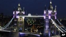 2012 런던 올림픽을 앞두고, 오륜이 걸린 런던시 타워 브릿지.