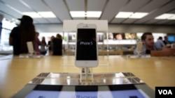 蘋果電腦公司展出iPhone5產品。