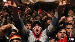 Tahrir Meydanı'nda bekleyen göstericiler, Mübarek'in istifa etmeyeceği açıklamasının ardından çılgına döndü. Bugün Mısır'ın büyük kentlerinde daha büyük gösteriler planlanıyor