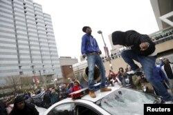 2015年4月25日示威者跳上警车。