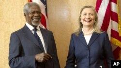 La secretaria de Estado, Hillary Clinton y el enviado especial de Naciones Unidas, Kofi Anan, sonrien luego del acuerdo de las grandes potencias para implementar un nuevo plan de transición para Siria.