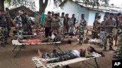 Foto yang diambil pada hari Sabtu, 11 April 2015 menunjukkan polisi India yang terluka dalam sebuah serangan oleh pemberontak Maoist di distrik Sukma, 385 kilometer Raipur selatan, India.