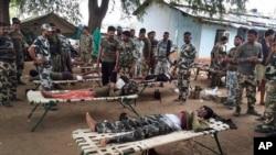 Polisi India yang terluka dalam serangan oleh pemberontak Maois di distrik Sukma, 385 kilometer dari Selatan Raipur, India. (Foto: Dok)