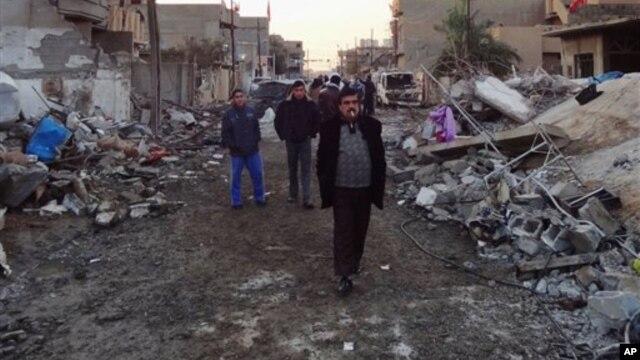 Cảnh đổ nát sau vụ tấn công bằng xe cài bom ở Kirkuk, thành phố nằm về hướng bấc thủ đô Iraq, 17/12/12