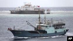 Trung Quốc đòi chủ quyền hầu như toàn bộ Biển Đông, trong lúc 5 nước khác là Việt Nam, Philippines, Đài Loan, Malaysia và Brunei cũng có những đòi hỏi chủ quyền chồng chéo nhau trong vùng biển này.