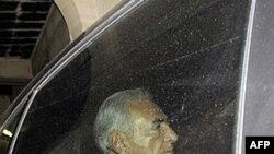 Cựu Tổng giám đốc IMF Dominique Strauss-Kahn trên đường đến gặp nhà văn Pháp, người cáo buộc ông mưu toan hãm hiếp bà tại Paris, ngày 29/9/2011